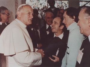 Dom Ernesto cumprimenta o papa João Paulo II durante visita a São Paulo em 1980 (Foto: Arquivo/Mosteiro São Geraldo de São Paulo)