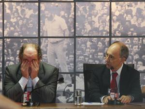 Ao lado do sucessor Rui Falcão, José Eduardo Dutra se emociona ao deixar a presidência do PT (Foto: André Dusek / Agência Estado)