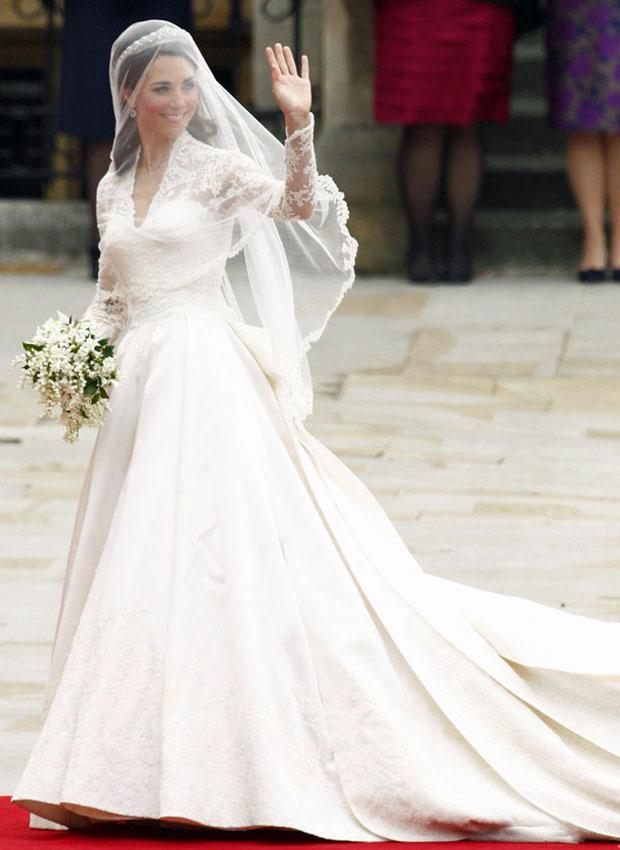 Vestido é longo, branco, e tem mangas rendadas. (Foto: Kai Pfaffenbach/Reuters)