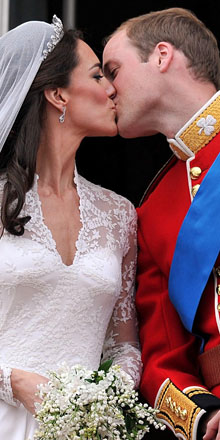 Veja imagens do beijo real e do vestido de Kate (AP)