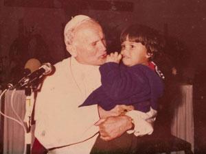 Ao ver que Daniel estava relutante em entregar as flores, João Paulo II pegou o menino no colo (Foto: Arquivo pessoal)