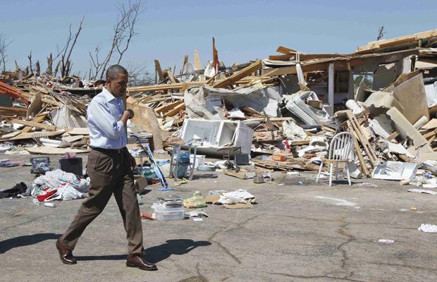 O presidente dos EUA, Barack Obama, observa os estragos causados na cidade de Tuscallosa, no Alabama, nesta sexta-feira (29) (Foto: AP)