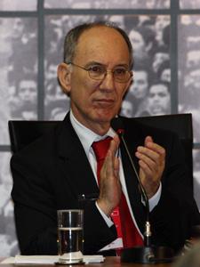 O novo presidente do PT, Rui Falcão, durante a reunião do Diretório Nacional do PT (Foto: André Dusek / Agência Estado)