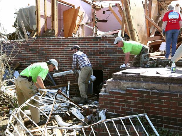 Voluntários ajudam a recuperar casa destruída pelo tornado na comunidade de Pleasant Grove, no Alabama. (Foto: Reuters)