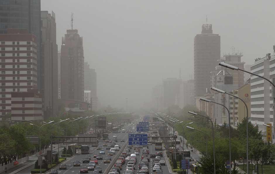 Ventos fortes levaram a tempestade de areia para Pequim. A poeira atingiu o centro financeiro do país e prejudicou a visibilidade. (Foto: Lee Pilar / Reuters)