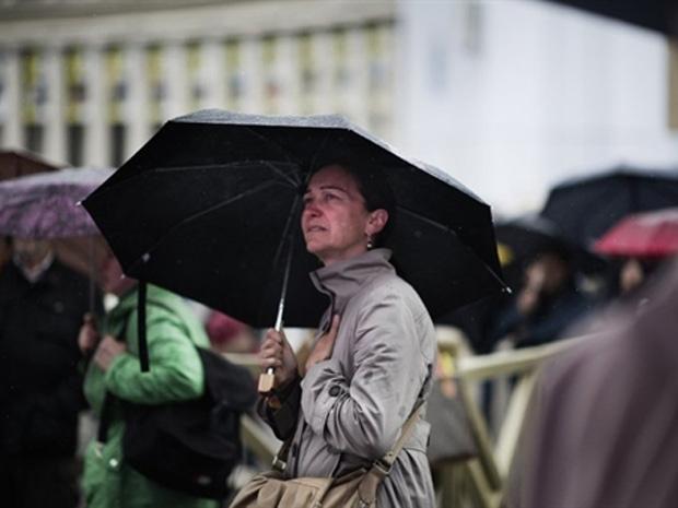 Sob chuva, fieis se concentram na Praça São Pedro para vigília antes de beatificação do Papa (Foto: Roberto Salomone/ AFP)