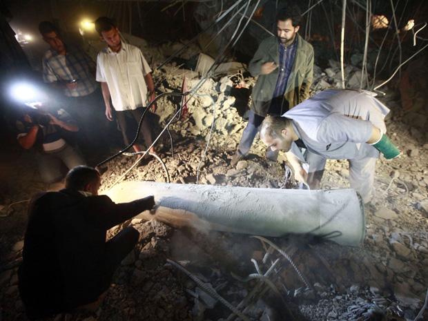 Míssil que o governo líbio diz ser do ataque aéreo da coalizão é visto na casa de Saif Al-Arab Kadhafi, filho do líder líbio Muammar Kadhafi (Foto: Reuters)