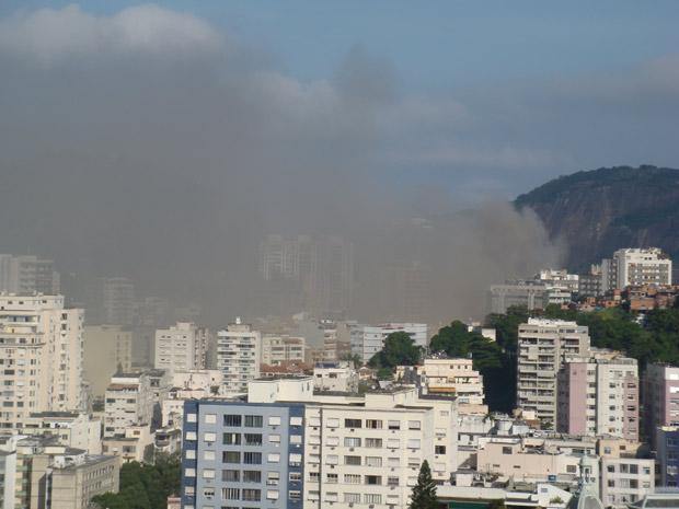Enorme fumaça negra é vista no Flamengo e em Botafogo, na Zona Sul (Foto: Aluizio Freire/G1)