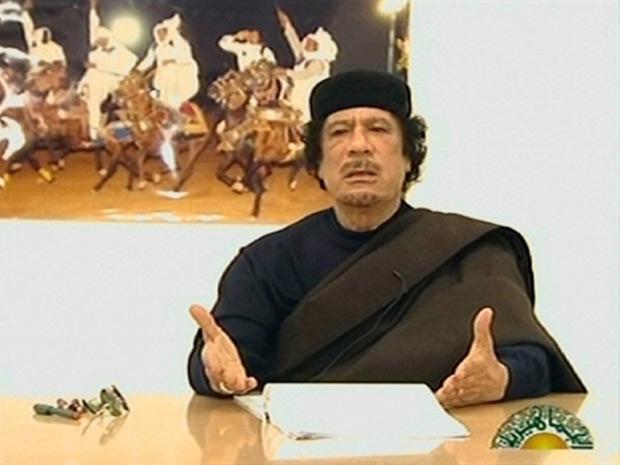 Kadhafi durante o discurso transmitido pela TV estatal líbia neste sábado (30) (Foto: Reprodução / AFP)
