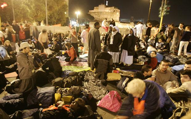 Fiéis se preparam para passar a noite nos arredores do Vaticano às vésperas da beatificação de João Paulo II (Foto: AP)