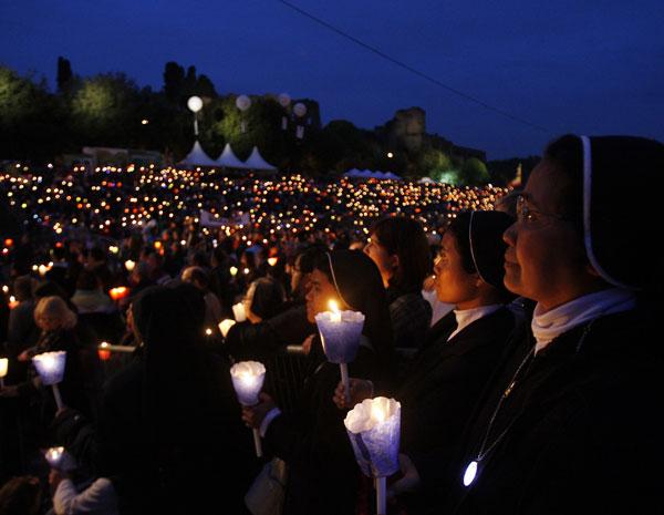 Fiéis se reuniram no Circo Máximo de Roma para homenagear o Papa que neste domingo será beatificado (Foto: Antonio Calanni/ AP Foto)