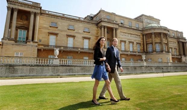 William e Kate deixam o Palácio de Buckingham rumo à lua de mel, neste sábado (30) (Foto: John Stillwell / AFP)