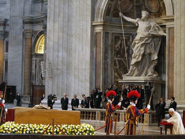 O Papa Bento XVI se ajoelha diante do caixão de João Paulo II, na basílica de São Pedro (Foto: Max Rossi / Reuters)