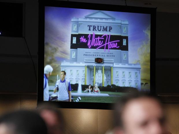 A imagem da Casa Branca numa eventual gestão Donald Trump, com garotas em jacuzzi, é mostrada no telão durante jantar de Obama com a imprensa (Foto: /Manuel Balce Ceneta / AP)