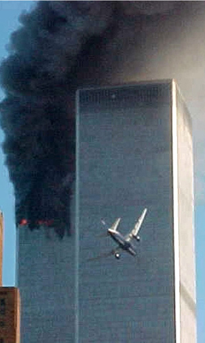 Um dos aviões se dirige para as Torres Gêmeas em 11 de setembro de 2001 (Foto: AP)