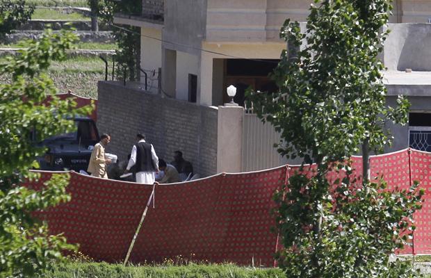 Soldados paquistaneses no local em que Osama bin Laden foi morto neste domingo (1º) em Abbotabad, no Paquistão. (Foto: AP)