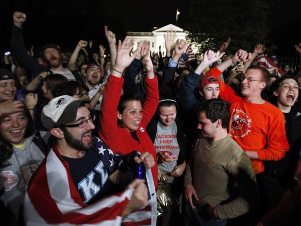 Em frente à Casa Branca, em Washington, multidão comemora o anúncio da morte de Osama bin Laden.  (Foto: AP)