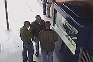Skinheads são filmados por câmeras de segurança de estação da CPTM em 2002: eles são acusados de obrigar dois jovens a saltar de trem em movimento  (Foto: Reprodução)