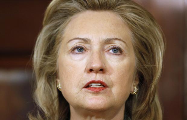A secretária de Estado dos EUA, Hillary Clinton, lê pronunciamento sobre a morte de Osama bin Laden nesta segunda-feira (2) (Foto: AP)