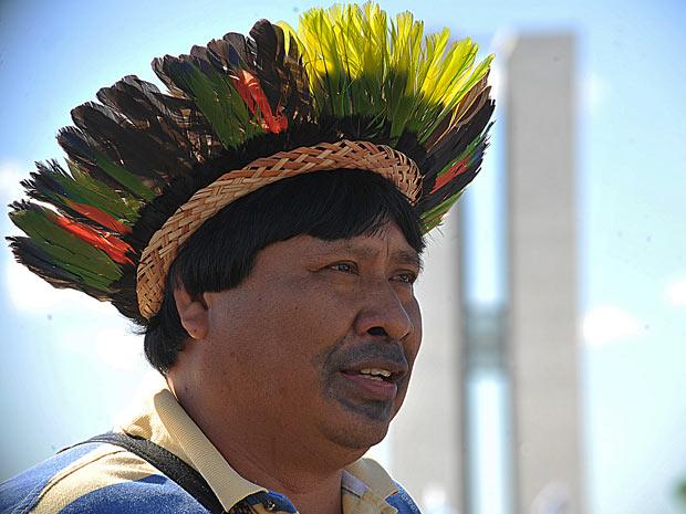 Com o prédio do Congresso ao fundo, líder indígena que faz parte da Articulação dos Povos Indígenas do Brasil (Apib) participa de manifestação que reivindica soluções do governo para questões dos povos indígenas. (Foto: Elza Fiúza/Abr)