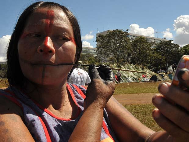 Índia pinta o rosto em manifestação na Esplanada dos Ministérios, em Brasília, nesta segunda-feira (2).  Cerca de 800 lideranças estão reunidas na capital para discutir a situação dos povos indígenas. (Foto: Elaz Fiúza/Abr)
