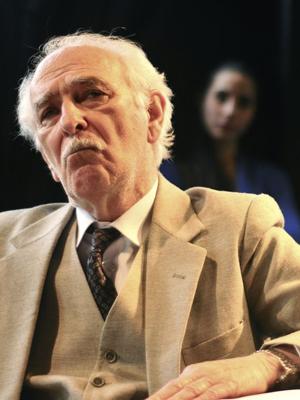 """O ator e diretor José Renato na peça """"Doze homens e uma sentença"""" (Foto: Divulgação)"""