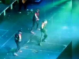 O cantor Justin Biener é alvo de ovos durante show na Austrália (Foto: Reprodução)