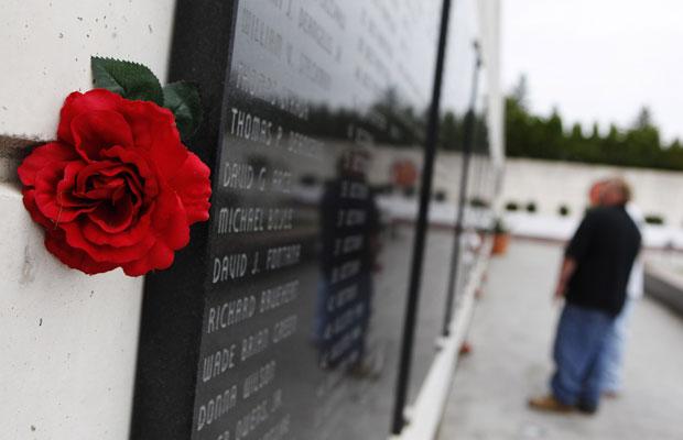 Flor é pendurada do lado de memorial que lista nomes de 44 residentes do condado de Nassau que foram vítimas dos atentados de 11 de Setembro  de 2001, em Nova York (Foto: Shannon Stapleton/Reuters)