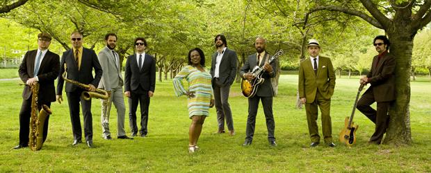 Sharon Jones e a banda Dap Kings. (Foto: Divulgação)
