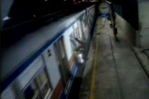 Reprodução de imagens da CPTM mostram dois jovens saltando de trem em movimento: um deles morreu e outro perdeu o braço em 2003 (Foto: (Reprodução/arquivo))