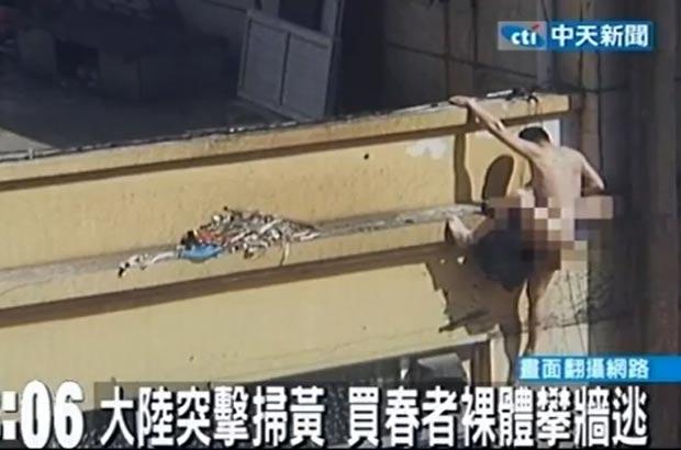 Homem foi visto tentando desesperadamente descer do prédio. (Foto: Reprodução)