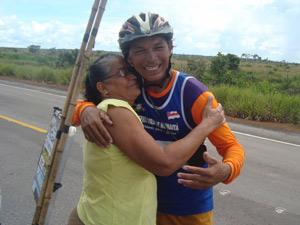 Valdeni abraça a mãe, dona Raimunda das Chagas, durante passagem por Humaitá, antes de encerrar trajeto (Foto: Arquivo Pessoal/Valdeni Pinheiro)