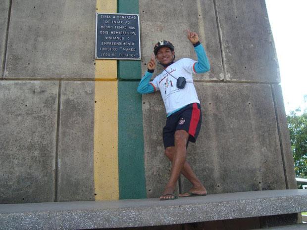 Valdeni Pinheiro na linha do Equador, no Amapá, no fim do trajeto por todas as capitais do país (Foto: Arquivo Pessoal/Valdeni Pinheiro)