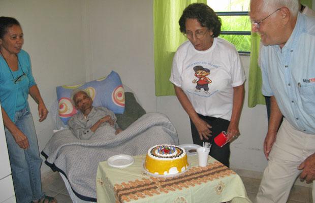 Nesta terça (3) teve bolo no aniversário de dona Sebastiana, que completou 116 anos (Foto: Giovana Sanchez/G1)
