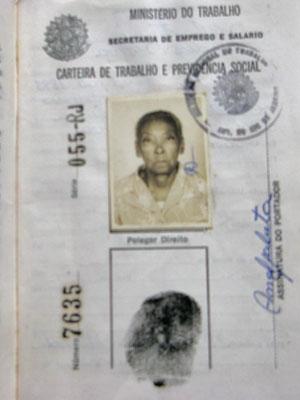 Carteira de trabalho e CPF são os documentos que Sebastiana tem (Foto: Giovana Sanchez/G1)
