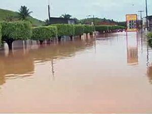 Alagamento na principal avenida de Jacuípe, que registra 760 desalojados (Foto: Reprodução/TV Gazeta de Alagoas)