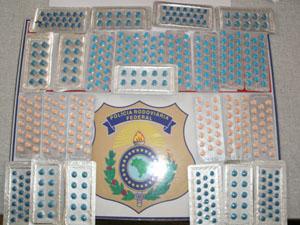 Homem foi detido por suspeita de contrabando de medicamentos (Foto: Polícia Rodoviária Federal/Divulgação)