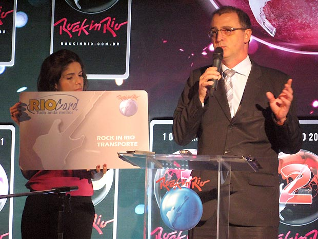 Roberta Medina, vice-presidente executiva do Rock in Rio, e Edmundo Fornasari, diretor de Marketing e Comunicação da RioCard/Fertranspor, exibem o Rio Card que será vendido exclusivamente para o festival (Foto: Henrique Porto/G1)