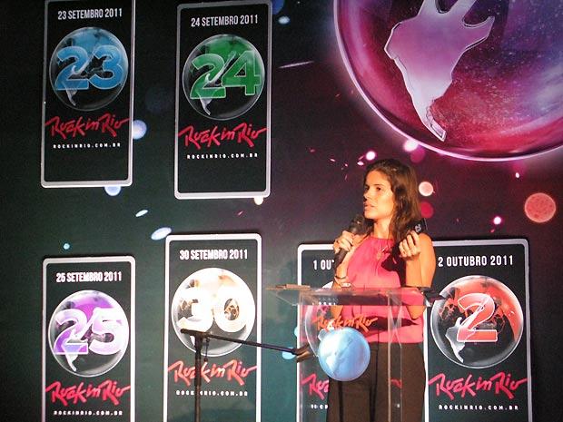 Roberta Medina, vice-presidente executiva do Rock in Rio, exibe um dos ingressos oficiais do Rock in Rio durante entrevista coletiva realizada na manhã desta terça-feira (3) (Foto: Henrique Porto/G1)