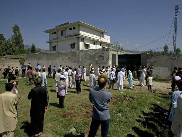 Jornalistas e curiosos estão na região onde está localizada a casa onde morreu Osama Bin Laden. (Foto: Anjum Naveed / AP Photo)