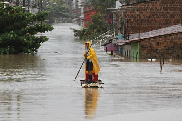 Chuva alaga ruas de Barreiros (Foto: Guga Matos/JC Imagem/AE)