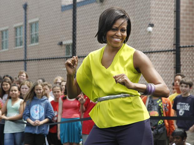A primeira-dama dos EUA, Michelle Obama, dança ao som de Beyoncé na escola secundária Alice Deal, em Washington, nesta quarta-feira (4) (Foto: AP)