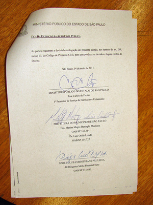 Termo assinado por representantes do Corinthians, MP e Prefeitura (Foto: Marcelo Mora/G1)
