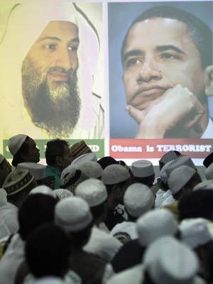Membros do grupo Frente de Defesa do Islã fazem orações durante ato em memória de Bin Laden em Jacarta, na Indonésia (Foto: Irwin Fedriansyah / AP)