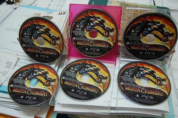 Sis cópias de 'Mortal Kombat' foram recuperadas pela polícia (Foto: Divulgação/Polícia Civil do Amazonas)