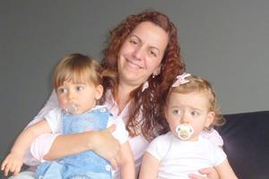 Karina e as suas filhas Sara e Inês, que estão em Portugal, homenageiam a mãe e avó Argélia (Foto: Karina Guimarães Lessa Neto Teixeira/VC no G1)
