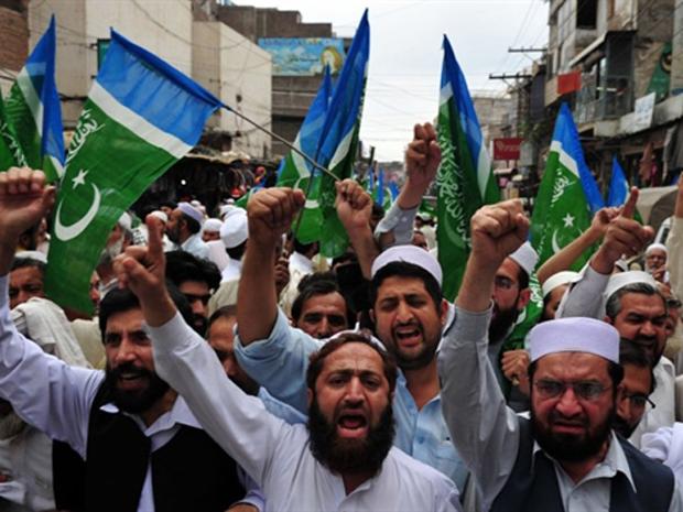Manifestantes protestam contra os EUA e a favor de Bin Laden nesta sexta-feira (6) na cidade paquistanesa de Peshawar (Foto: AFP)