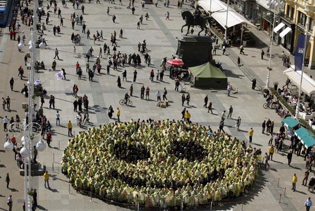 Quase 800 pessoas formam maior sorriso do mundo. (Foto: Nikola Solic/Reuters)