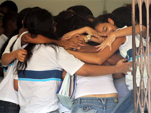 Alunos se abraçam no retorno às aulas na Tasso da Silveira (Foto: Fabio Motta/ Ag. Estado)