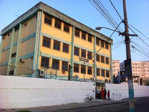 Fachada da Escola municipal Tasso da Silveira quase um mês após o massacre (Foto: Tássia Thum/G1)